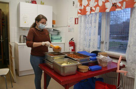 Tiedote: Yli 200 annosta koulujen hävikkiruokaa päätynyt asukkaiden lautasille Länsi-Helsingissä